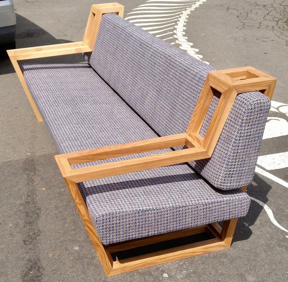 das Sofa - Dieses Sofa entstand 2014 in Zusammenarbeit mit Manuel Hitz.Rahmenteile aus Esche und Polster mit Stoff.