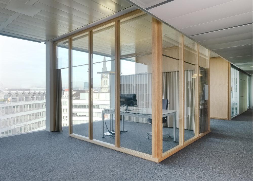 eat.ch Einbauten - Diese Sitzungsboxen sind bei eat.ch im Grossraumbüro enstanden.Ständerkonstruktion aus Eiche mit Glas- und Holzfüllungen.