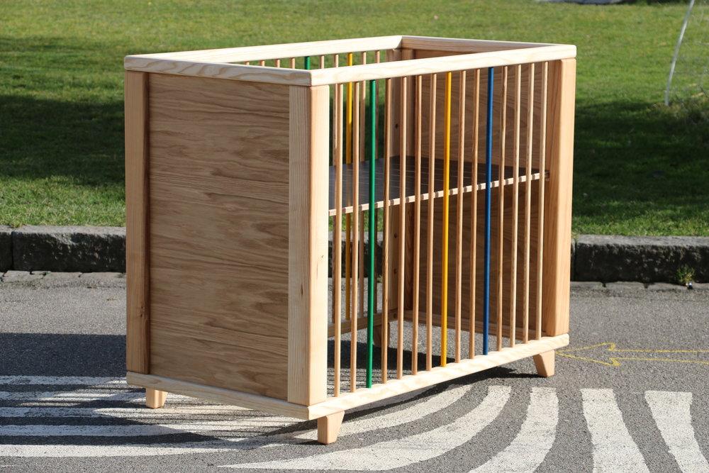 Nicis Kinderbett - Nici brauchte endlich ein eigenes Bett!Rahmen aus Esche, Stäbe frei verstell- und entfernbar, Matratzenauflage höhenverstellbar.