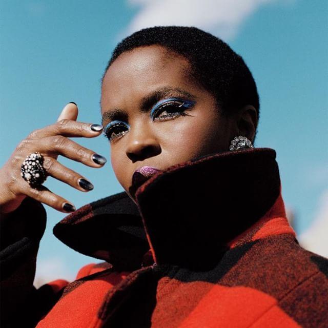 """A cantora @ms_laurynhill, que esse ano comemora 20 anos de lançamento do icônico álbum """"The Miseducation of Lauryn Hill"""", está de volta - agora com uma coleção de moda em parceria com a @Woolrich. Quer saber mais? Vai lá no @elaoglobo. Link nos Stories. ⬆️📲 . foto: divulgação . #VesteRio #Ela #ElaOGlobo #OGlobo #Fashion #Moda #LaurynHill #Woolrich #Inspiração #Look #LookDoDia #TheMiseducationofLaurynHill"""