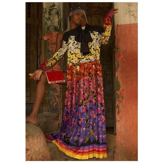 Inspire-se! A top @blesnyaminher posa com vestido e headpiece @gucci em #shooting para a @voguebrasil. . foto: @zee_nunes . #VesteRio #Vogue #VogueBrasil #Gucci #Fashion #Moda #Look #LookDoDia