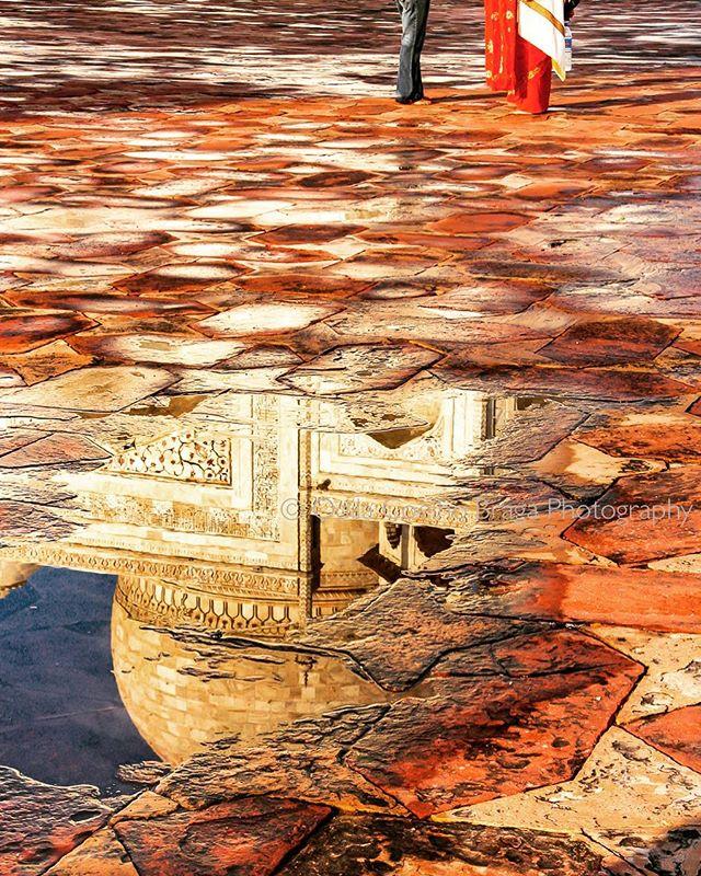 People by famous reflections. . . . . #india #tajmahal #reflection #puddles #brickstones #rainreflection #sari #ladyinsari