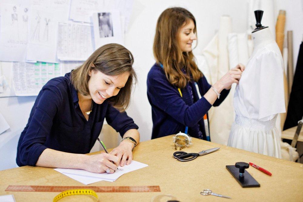 De gauche à droite : Anne, styliste et Blandine, modèliste, fondatrices d'Anne de Lafforest. © Thierry Lewendberg-Sturm