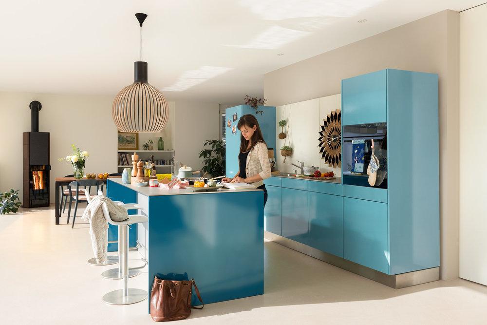 Stahlküche in lichtgrün, Kochinsel mit Bar in wasserblau, mit integriertem Dampfabzug, Tip-on Schubladensystem, magnetischer Rückwand, Abdeckung Edelstahl 8 mm