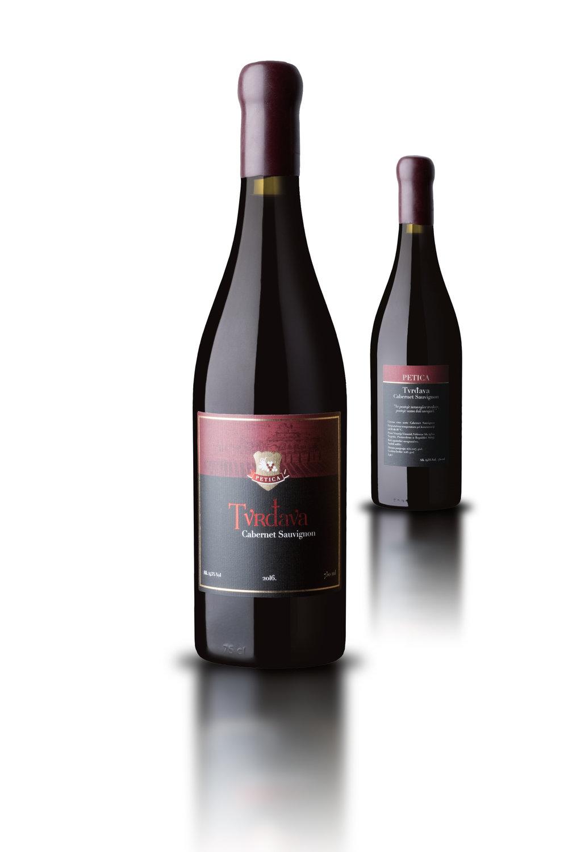Tvrđava - 100% Cabernet SauvignonTvrdjava je vino tamne rubin crvene boje, dominantnog mirisa koji podseća na kupine i zrelu tresnju. Na ukusu preovlađuje utisak punoće sa teksturom na jeziku. Veoma pitko u završnici uz utisak voćnosti i mekoće. Jacine 14,5% alkohola.Odležavanje 12 meseci u barik buradima od francuskog hrasta.Temperatura serviranja od 16 do 18 stepeni.