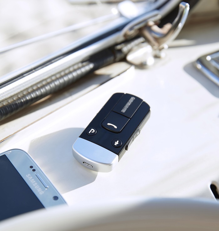 Brezžični dodatki napravijo ReSound LiNX 3D še sposobnejši - Nabor brezžičnih naprav za pretok zvoka ReSound razširi vaš sluh tako po razdalji poslušanja kot glede zahtevnosti zvočnih okoliščin. Uporabite jih, da slišite govorca na drugem koncu konferenčne mize, ali v kongresni dvorani, ali za katedrom predavalnice.V slušni aparat lahko pretakate tudi zvok televizije, glasbo ali zvoke drugih medijskih naprav. Zvok se v vaš slušni aparat zmeraj pretaka neposredno, kar pomeni, da ni potrebe za uravnavanjem glasnosti zvoka na napravi, iz katere zvok prihaja. Gledalci ali soposlušalci bodo tako lahko uživali v nespremenjeni glasnosti.Če prejmete med pretakanjem zvoka telefonski klic, se pretok samodejno preklopi k zvoku telefona ter vrne k tistemu iz prevajalnika, ko pogovor zaključite.➔ Brezžična oprema za pretakanje zvoka