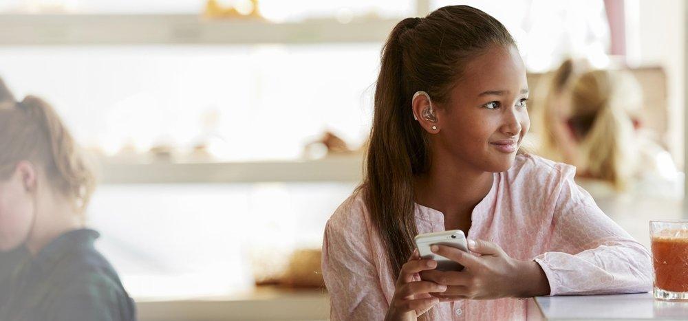 ReSound Up Smart  - Ker vsaka beseda šteje!ReSound Up Smart je povsem nova vrsta slušnega aparata, ki se prilagodi vašemu otroku in slogu življenja, ki ga ti danes vodijo. V sebi združujejo najvišjo kakovost zvoka ter razumevanje govora z novimi možnostmi povezovanja z digitalnim svetom.