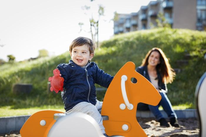 Dober začetekje ključen - Otrokom z naglušnostjo je potrebno dostop do zvoka omogočiti kar se da zgodaj, saj lahko le tako pričnejo razvijati temelje za razumevanje govora in jezika.Najpriljubljenejši način nošenja slušnih aparatov pri otrocih je izvedenka izza ušesa (BTE) s poosebljeno olivo za večje udobje in čvrsto prileganje. Seveda morajo slušni aparati za otroke in mladostnike biti tudi izjemno trajni in trpežni.