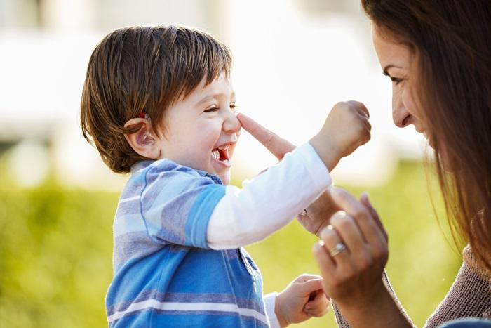 Dostop do govoraje bistven - Vsak buden trenutek je za vašega otroka priložnost za poslušanje in učenje. Boljši, kot je otrokov dostop do zvoka, posebej govora, večji bo njegov napredek. Otrok prične med odraščanjem vzpostavljati odnose s svojo okolico, med katero je v prvi vrsti družina ter prijatelji, ta pa temelji prav na sporazumevanju z zvokom.ReSound Up Smart prinaša otroku izjemno slišnost ter omogoča prisvajanje jezika, sposobnost učenja ter lažje pridobivanje prijateljev in vključevanje v družbo.