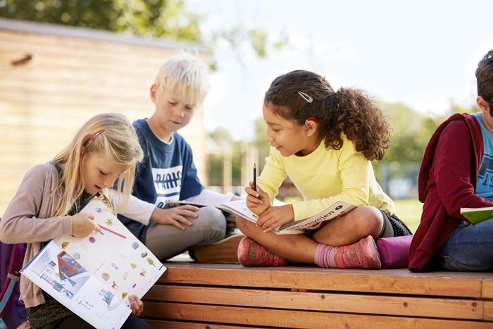 Poslušanje je ključ učenja - Čim prične vaš otrok hoditi v šolo, postane razumevanje govora ključno tako zanj kot za njegove učitelje in sošolce. Dobro prilagojen slušni aparat postane nepogrešljiv. Otroci se v razredu pogosto soočajo tudi s hrupnimi okoliščinami in večjimi skupinami govorcev. Zaradi tega mora slušni aparat vsebovati učinkovite strategije upravljanja z odvečnim hrupom.ReSound Up Smart je povezljiv tudi z brezžičnimi mikrofoni Mini Mic in Multi Mic, ki otroku omogočijo, da sliši učitelja in sošolce jasno in razločno, čeprav sedi v zadnji klopi razreda.