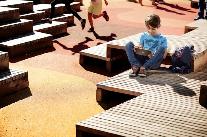Več priložnosti za stik z govorom in jezikom - Slušni aparat, ki ga povežemo s prenosno napravo Apple, prične delovati kot brezžične slušalke. Na ta način lahko otrok z izjemno kakovostjo zvoka telefonira, gleda filme, komunicira s prijatelji ali brska po spletu.Pametni telefoni nudijo tudi obilico izobraževalnih aplikacij in poučnih iger, do katerih je otroku s slušnim aparatom ReSound Up Smart omogočen nemoten dostop. Na ta način bo vključen v sodobno digitalizacijo sveta ter še hitreje razvijal svojo sposobnost učenja in razumevanja govora.➔ Skladnost z mobilnimi napravami