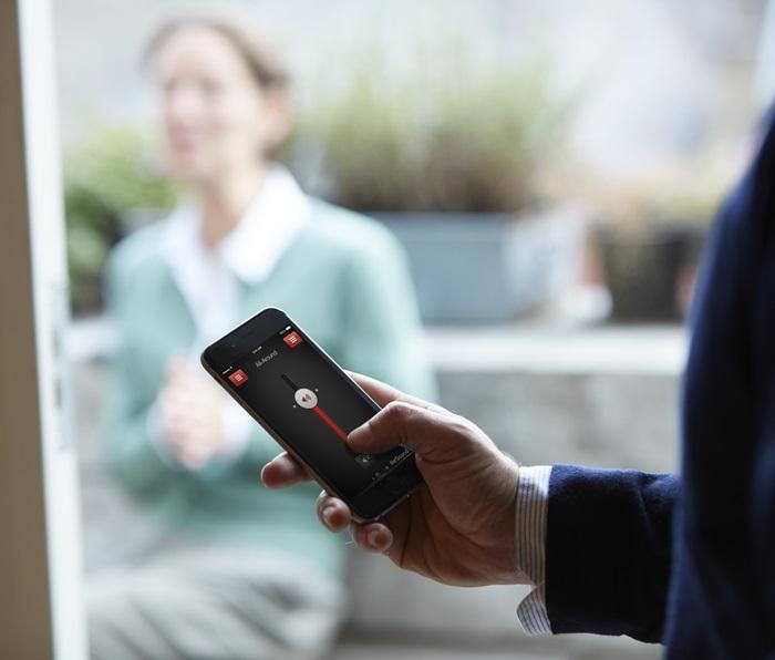 Upravljajte z vašim slušnim aparatom kar s telefonom - Poosebite slušni aparat ReSound LiNX² ter ga s pomočjo mobilne aplikacije ReSound Smart prilagodite vašim edinstvenim potrebam in željam.Prilagajajte glasnost, moč nizkih, srednjih in visokih tonov, kolobarite med programi ali uravnavajte jakost pretočenega zvoka iz vaše dodatne opreme. Svoje priljubljene nastavitve lahko shranite in jih hitro izberete, ko se znajdete v določenih okoliščinah, kot sta recimo gostinski lokal ali delovno mesto. Vse to, brez da bi se dotaknili vašega slušnega aparata.Tudi če ste svoj slušni aparat založili, ne bo težav, saj vam pametna aplikacija pomaga natančno locirati slušni aparat.