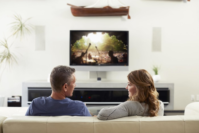 Glejte televizijo spet skupaj - Eden izmed prvih znakov naglušnosti se pojavi ob gledanju televizije. Osebe z naglušnostjo pogosto povečujejo glasnost televizije do stopnje, ki postane neprijetna za sogledalce. Še huje je, da povečanje glasnosti ne pomeni tudi boljšega razločevanja in jasnosti zvoka.TV Streamer 2 ponovno omogoči skupno uživanje ob gledanju televizije. Naprava ponuja pretok kristalno jasnega stereo zvoka neposredno v vašslušni aparat ReSound ali procesor Cochlear,brez da bi bilo potrebno posegati v jakost zvoka, ki prihaja iz zvočnikov in ga poslušajo sogledalci.