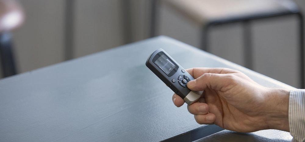 Remote Control 2 - Nadzor v vaši dlani.Remote Control 2 polaga v vašo dlan preprosto upravljanje in pregled glasnosti ter programa, v katerem se nahaja vaš slušni aparat ReSound ali procesor Cochlear. Z njim lahko preklopite k pretočenemu zvoku iz ene izmed brezžičnih naprav, uravnavate ravnovesje med enim ter drugim slušnim aparatom ali opazujete trenutne nastavitve.