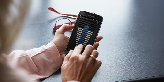 Upravljajte sslušnim aparatomali procesorjem - Če uporabljate pameten telefon, lahko za upravljanje vašega slušnega aparata ReSound ali slušnega procesorja Cochlear uporabljate mobilno aplikacijo Control.Z njo boste z običajnimi dotiki telefonskega ekrana spreminjali glasnost in program, v katerem želite, da se nahaja. Vse to, brez da bi pritegovali pozornost na obstoj aparata za vašim ušesom.➔ ReSound Control aplikacija