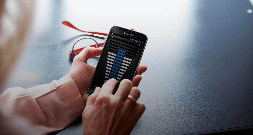 ReSound Control App - Nadzirajte svoje slušne aparate kar s telefonom!Aplikacije za prenosne naprave ReSound ponujajo neopazno upravljanje in nadzor nad vašimi slušnimi aparati, brez da bi za to morali segati k ušesu.