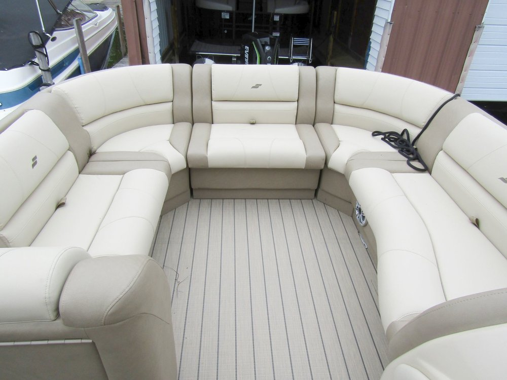 2018 Starcraft MX25 Tritoon Bow Seating.jpg
