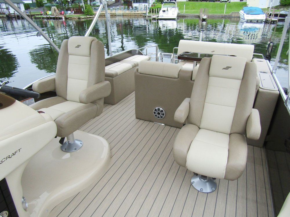 2018 Starcraft MX25 Tritoon Capt and Mate Seating.jpg