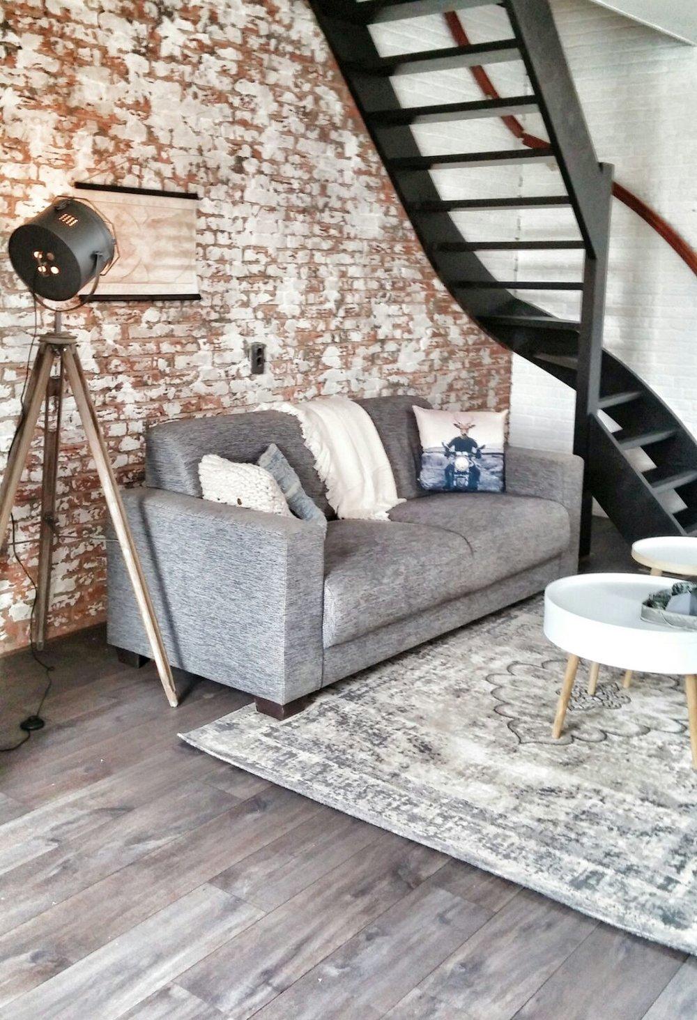 woonkamer interieurstyling industrieel brickwall bakstenen muur zwarte trap (3).jpg