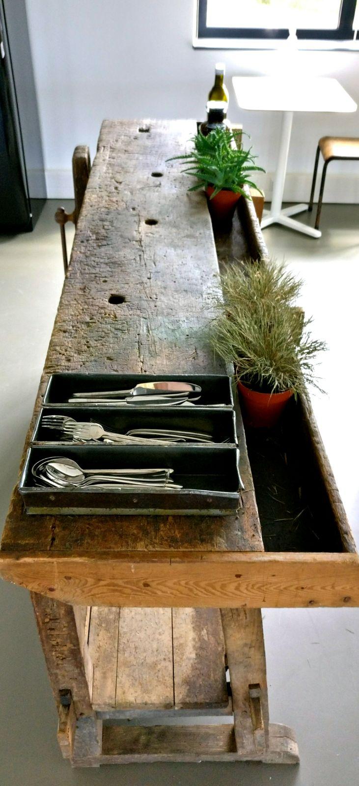moderne kantoorruimte franse werkbank vintage licht keuken planten.jpg