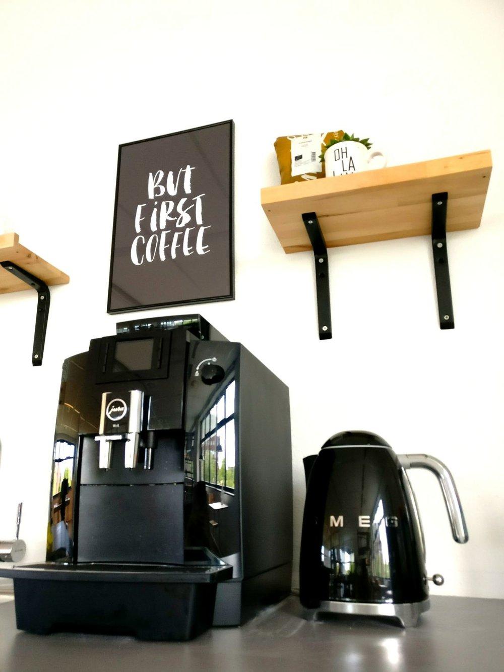 moderne kantoorruimte licht industriële keuken koffieapparaat jura.jpg