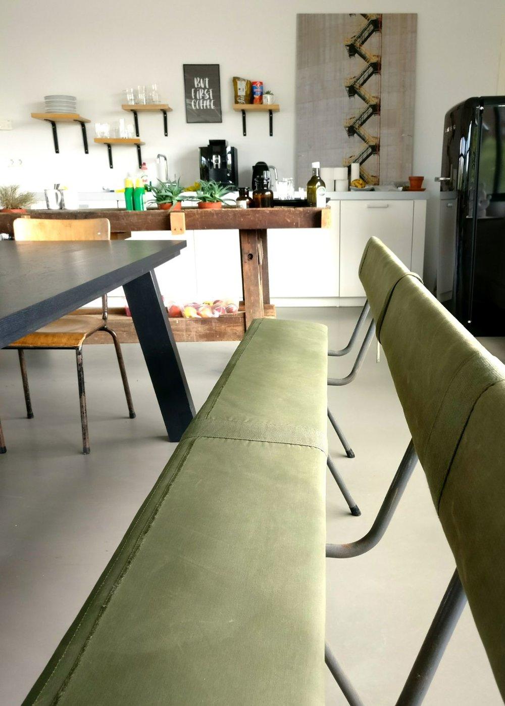 moderne kantoorruimte licht keuken industrieel legerbank.jpg