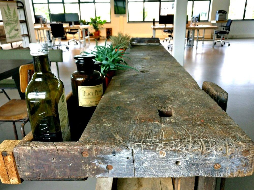 moderne kantoorruimte licht keuken vintage franse werkbank groene planten urban jungle.jpg