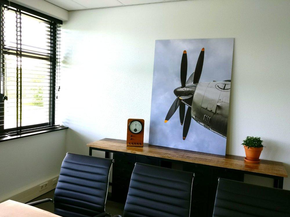 moderne kantoorruimte licht vergaderruimte vergaderzaal boomstamtafel eames chair groene planten industrieel dressoir afbeelding propellor.jpg