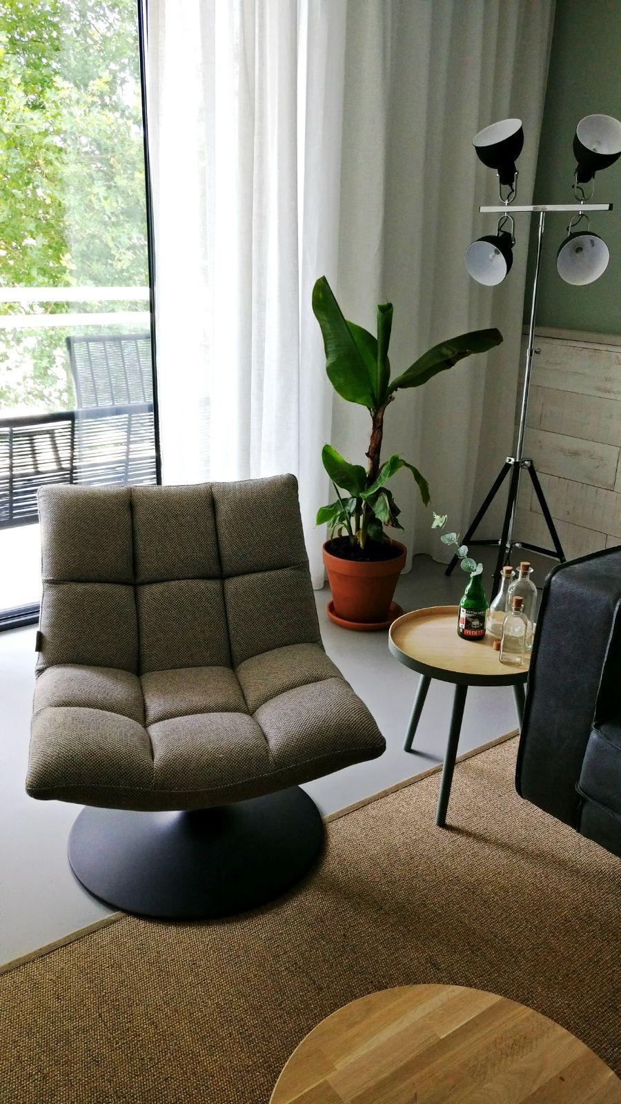 appartement nieuwbouw accessoires industrieel stoer autoband formule 1 bijzettafel doorsnede boomstam leren bank bijzettafel grijze stoel dutchbone.jpg