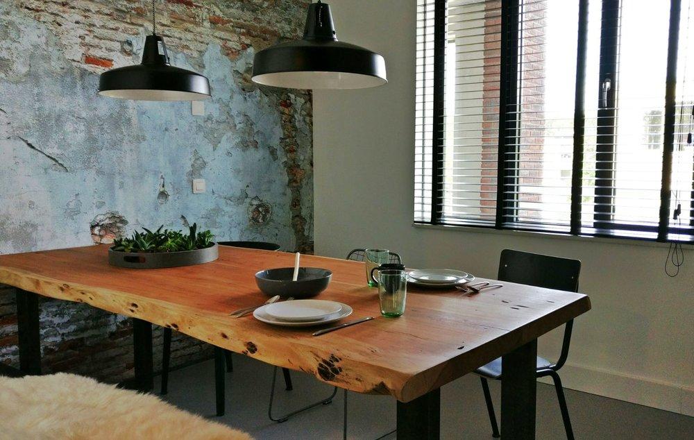 appartement nieuwbouw industrieel stoer boomstam tafel eettafel zwarte keuken eiken keuken planten urban jungle.jpg
