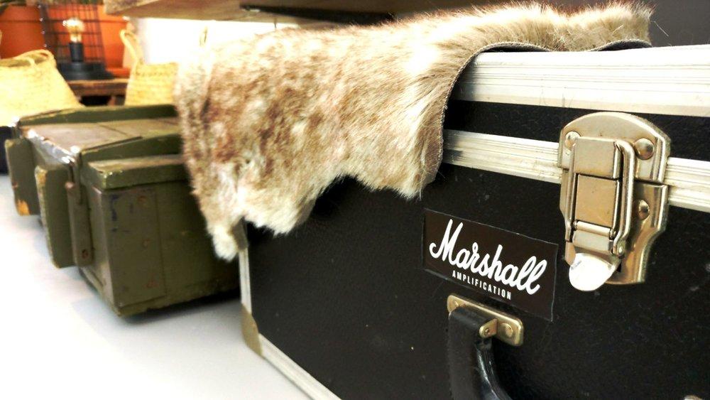 appartement nieuwbouw industrieel stoer vintage koffers kisten legerkist doorsnede boomstam vacht dierenhuid.jpg