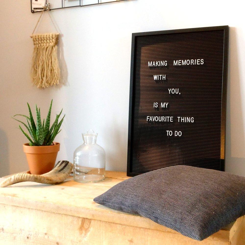nieuwbouw woonkamer  houten kist groen plant urban jungle letterbord muurhanger macramé.jpg
