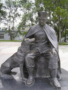 Statue in Weihaiwei of the captain of the Chih Yuen, Deng Shichang, and his faithful dog.