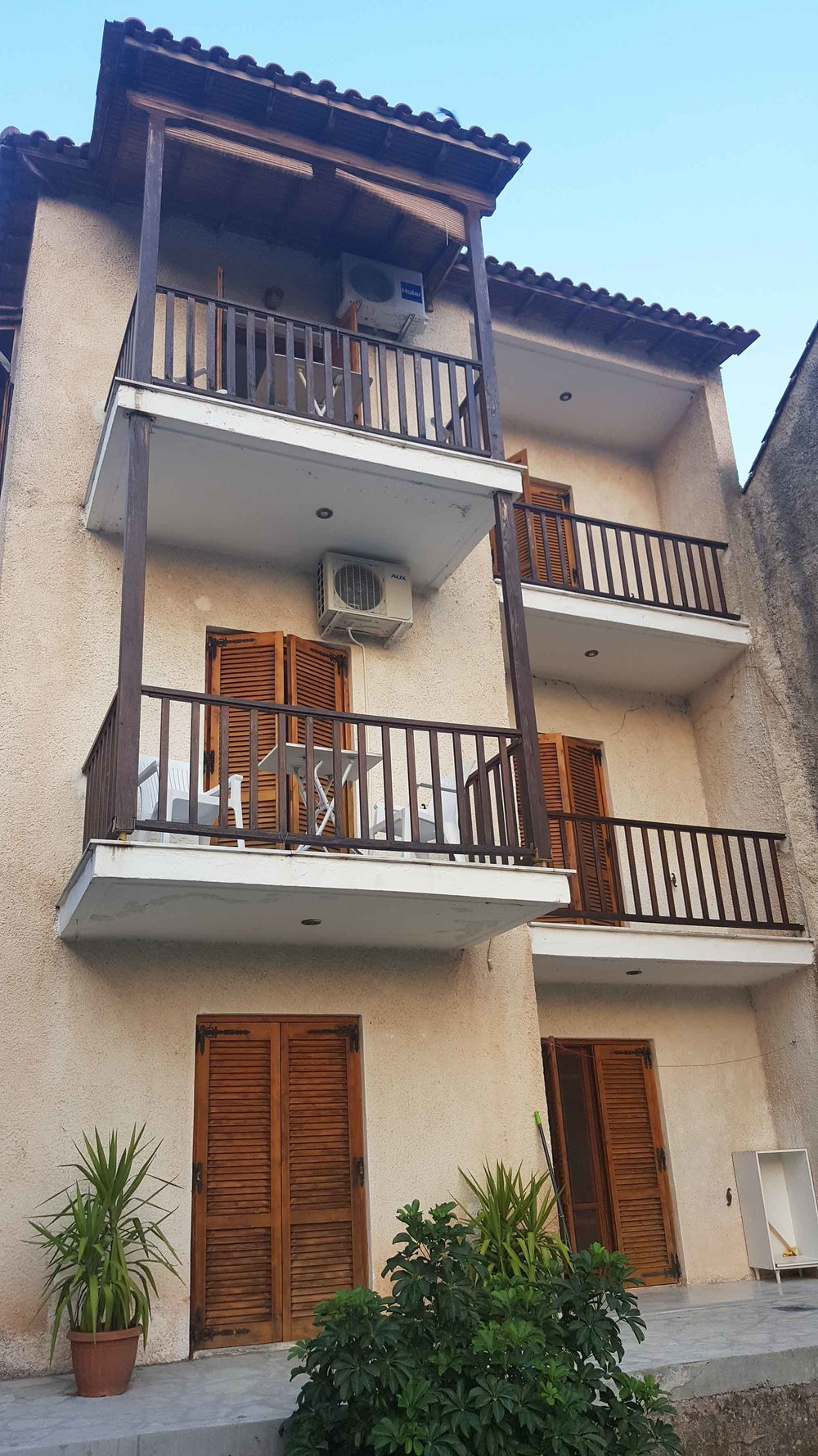 Monistiraki apartment building.jpg