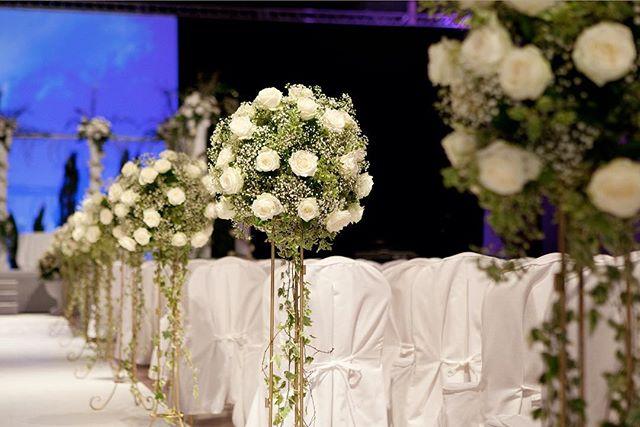 Création d'un espace pour la cérémonie religieuse du mariage de C&Y qui ont reçu 500 invités aux docks de Paris  Crédit photo: @stephaniebranchu . . . . #mariage #fleurs #decorationflorale #huppa #docksdeparis #clemencehabibdecoration #roses #stephaniebranchu #compositionflorale #bouquet
