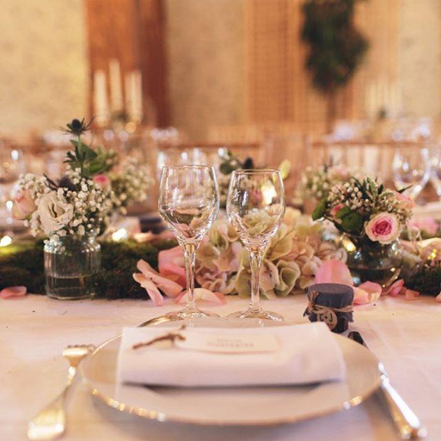 Le Mariage de C&J, c'est beaucoup de douceur et de poésie🌸🌱 . . . #clemencehabibdecoration #centredetable #mariage #fleursdemariage #manoirdecorny #mariage #chandelier #chemindetable #decorationdemariage #champetre #rustique #chardon #gypsophile #rose