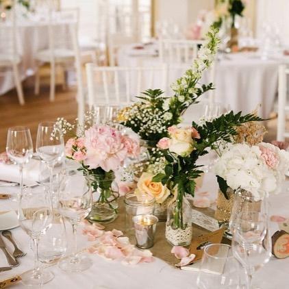 C&T, un joli Mariage en toute simplicité au château d'henonville🌷🌿 . . . . #clemencehabibdecoration #chateaudhenonville #carnetsdemariage #decorationmariage #fleurs #fleursdemariage #champetre #bocaux #bougies #dentelle #joliesbouteilles #mariage #toiledejute #wedding #centredetable #decorationmariage