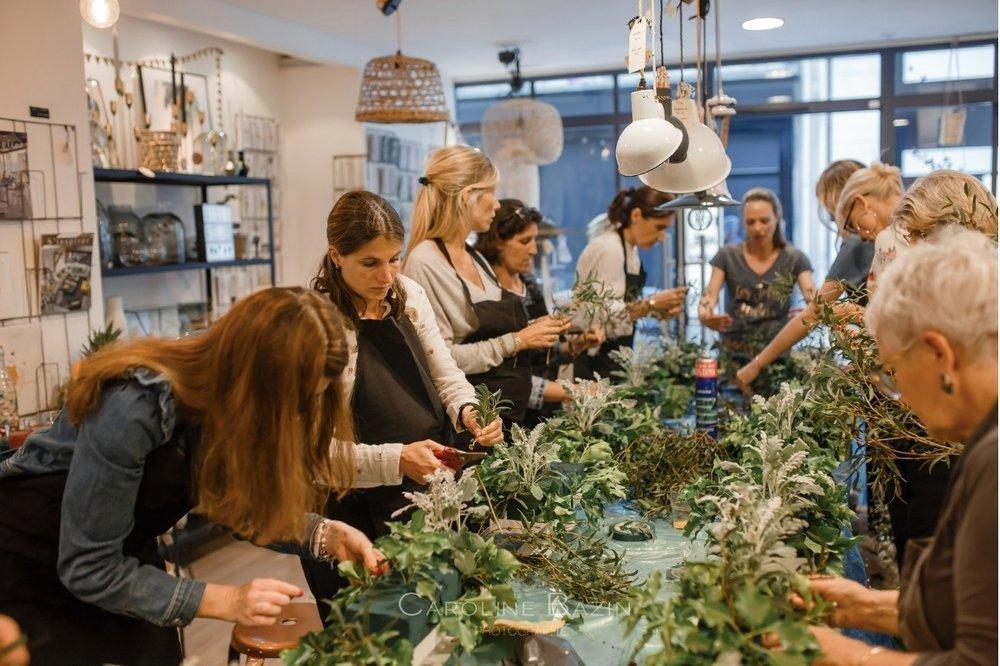 Entreprise  ou  particulier , nous vous proposons des ateliers d'art floral.  Nous choisissons ensemble le thème de votre atelier.  Nous nous déplaçons avec tout le matériel nécessaire chez vous, dans vos locaux, dans vos boutiques pour créer un véritable moment de complicité, de découverte et de partage.  Credit photos: Thomas Desbonnets  Caroline Bazin
