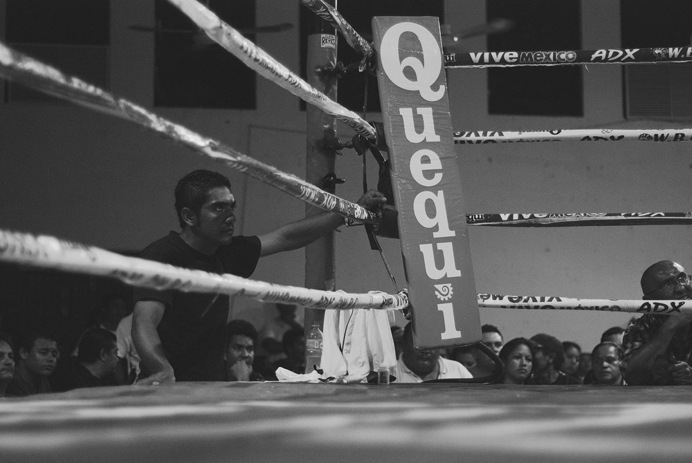 "Brother of ""el Gallito"" observes the fight."