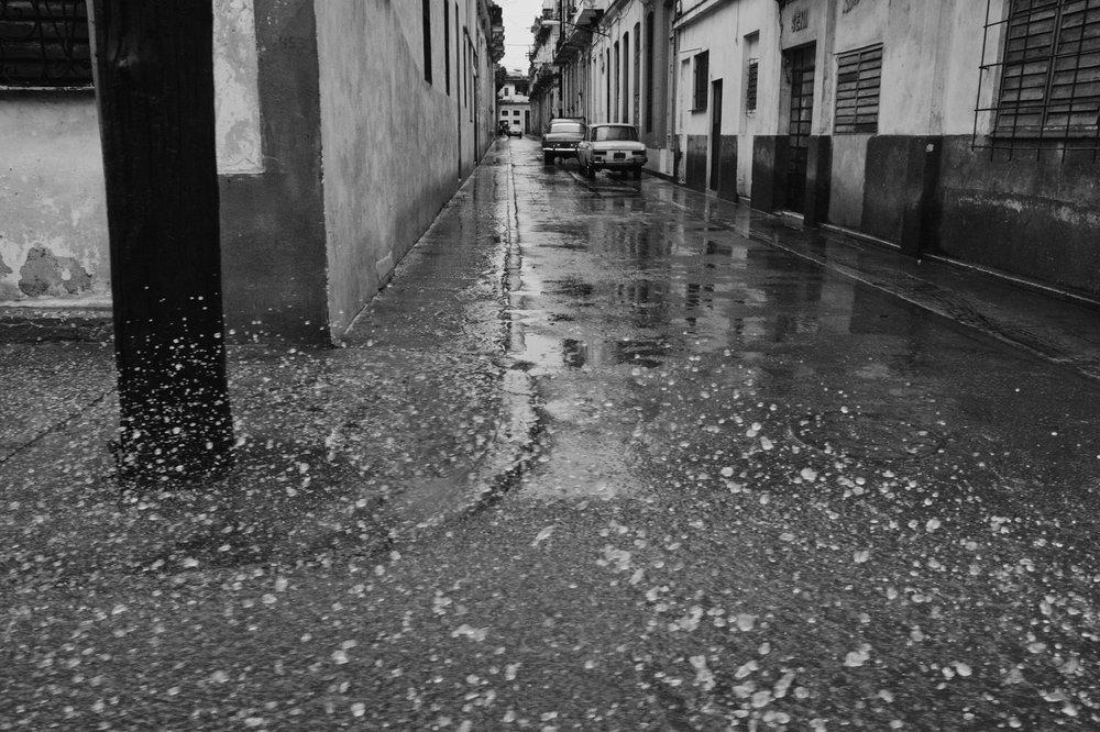 wojtek-jakubiec-photographer-montreal-cuba-havana-street-documentary-bw-rainy-day.jpg