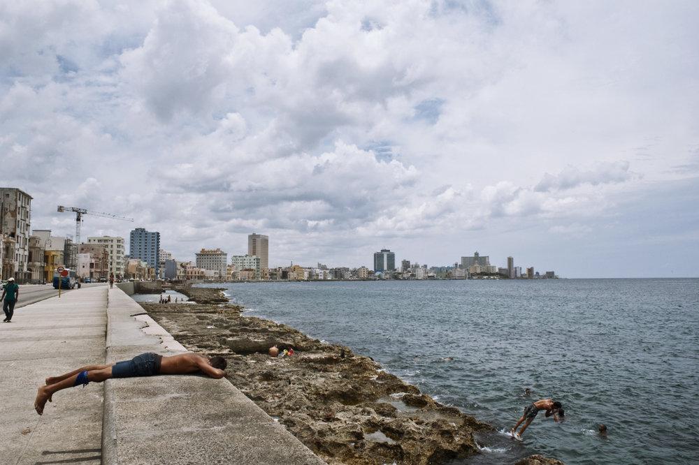 wojtek-jakubiec-photographer-montreal-cuba-havana-street-documentary-kids-resting-malecon-.jpg