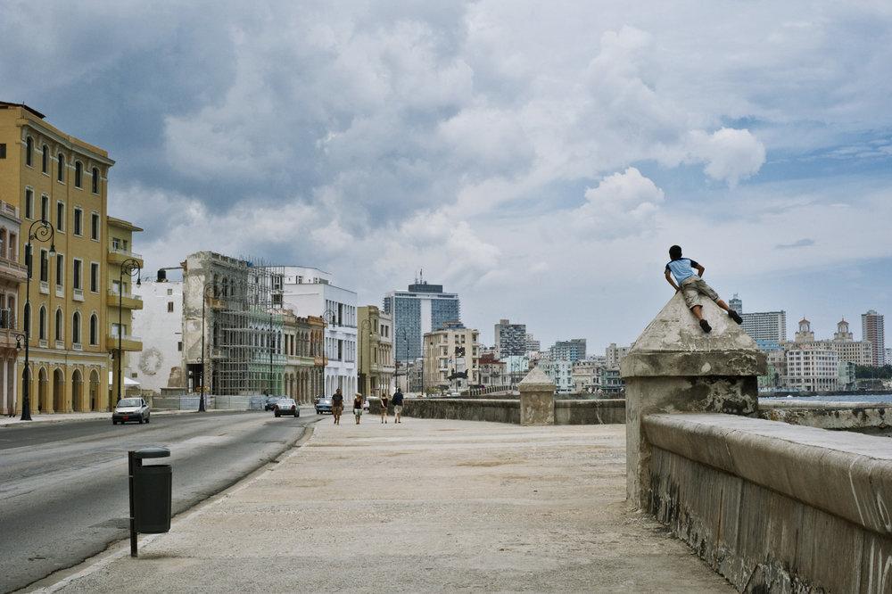 wojtek-jakubiec-photographer-montreal-cuba-havana-street-documentary-malecon-kids-.jpg