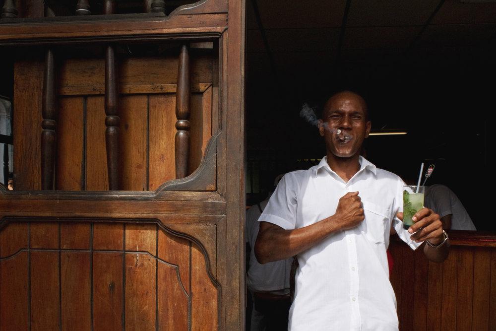 wojtek-jakubiec-photographer-montreal-cuba-havana-street-documentary-man-holding-mojito-.jpg