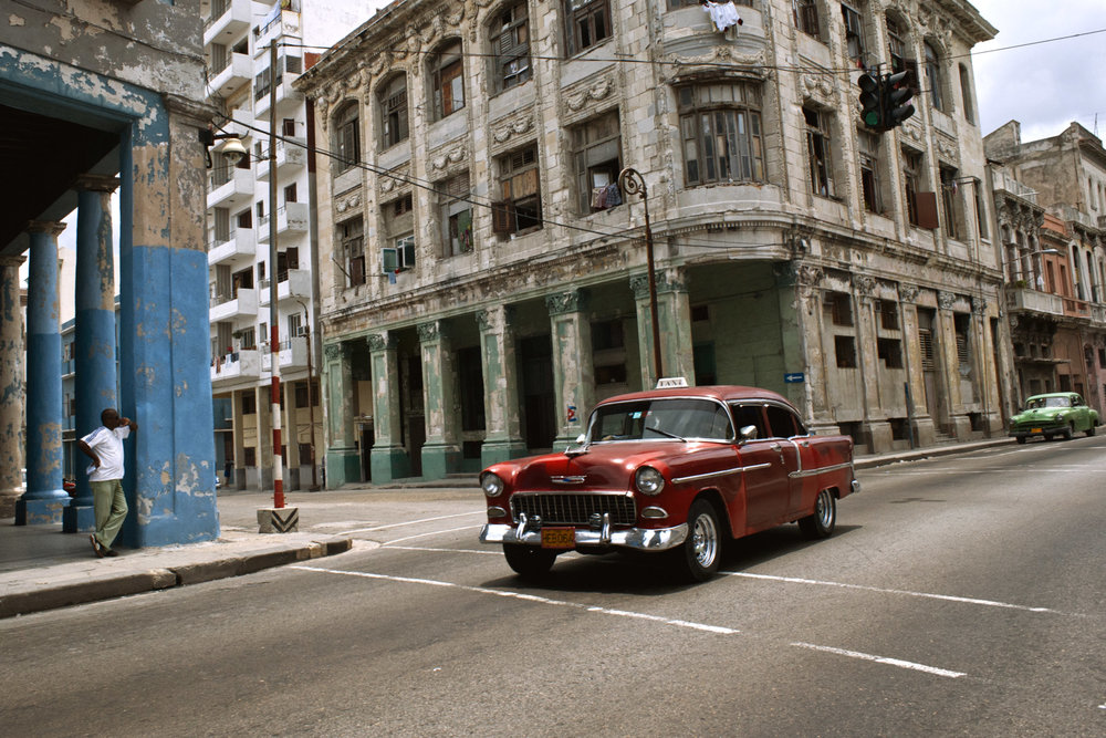 wojtek-jakubiec-photographer-montreal-cuba-havana-street-documentary-red-car-street-.jpg