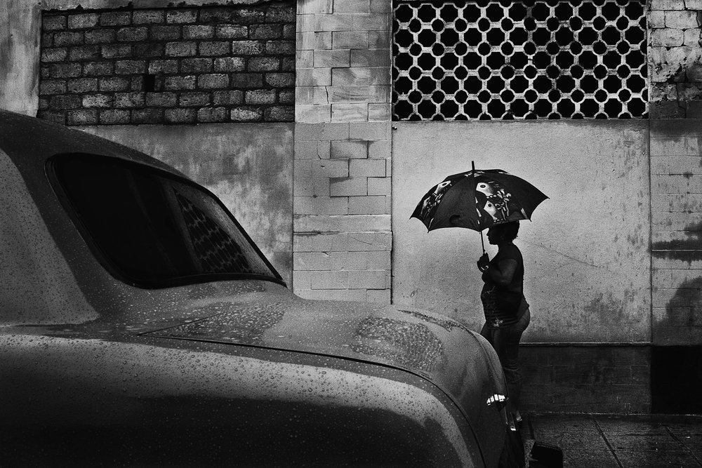 wojtek-jakubiec-photographer-montreal-cuba-havana-street-documentary-woman-walking-with-umbrella-.jpg