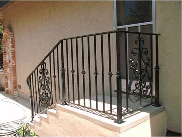 Installed another handrail, this time with a bit of flare! Do you like this one black, or think white would have looked good also? ˙ ˙ ˙ ˙ ˙ #Irishiron #Sacramentohomes #realestatesacramento #sacramentohomeowners #newhomesacramento #Ironworking #blacksmithing