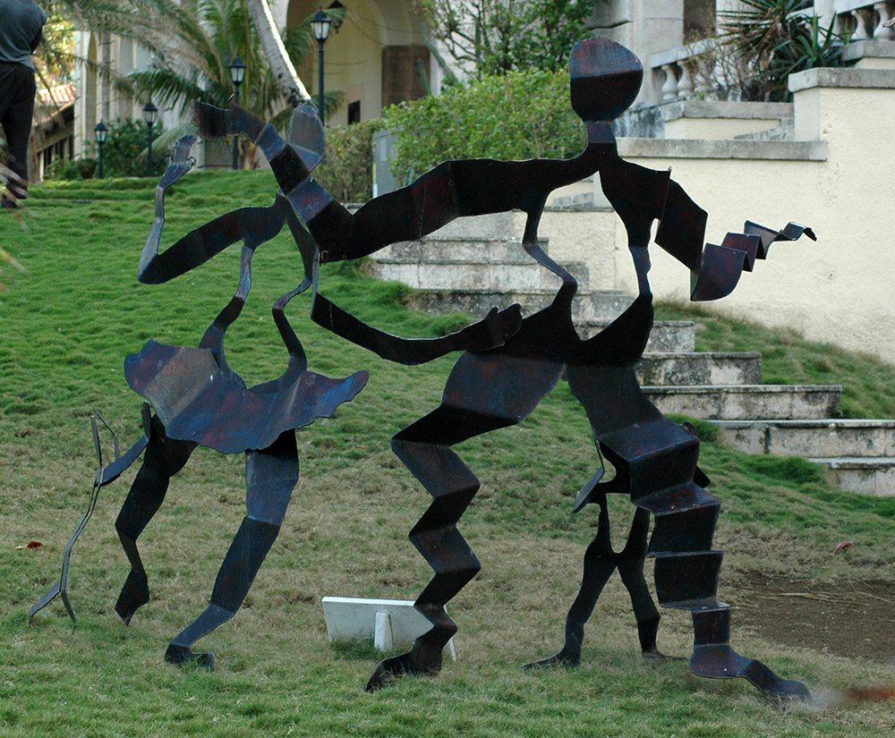 8.b-Ono-Dancing-Family-2003.-Mild-steel-216.4-x-289.6-x-176.8-cm-x.jpg