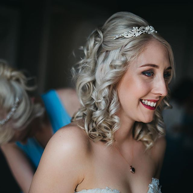 How stunningly gorgeous does bride Chelsea look? Perfect hair and makeup with a happy, genuine smile before heading to her ceremony.