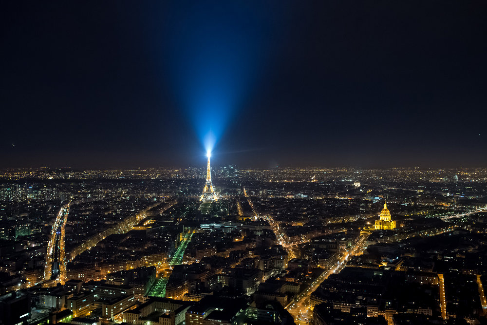 Paris by night Tour Montparnasse Eiffeltårnet (2).jpg