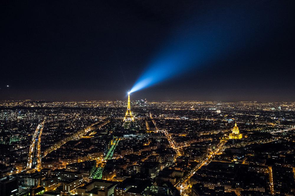 Paris by night Tour Montparnasse Eiffeltårnet (1).jpg